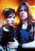 John (Edward Furlong) und seine Mutter Sarah Connor (Linda Hamilton) sind auf der Flucht vor einem Killer-Cyborg.