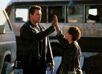 In dem Terminator (Arnold Schwarzenegger) findet John Connor (Edward Furlong) nicht nur einen Beschützer, sondern auch einen Freund.