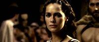 Während ihr Mann im Krieg ist, versucht Königin Gorgo (Lena Headey) den Senat zu überzeugen, ihn mit der Armee zu unterstützen und ebenfalls für die Freiheit Spartas zu kämpfen. Doch Senator Theron ist nur an einem interessiert: Er macht der Königin ein unmoralisches Angebot ...