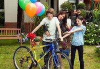 Eine tolle Überraschung: Sofie (Simone Thomalla) mit ihren Kinder Jenny (Alea Sophia Boudodimos) und Phillip (Lukas Schust).