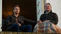 Philip (Johannes Lassen)  bespricht die Ereignisse mit seinem verständnisvollen Vater (Henning Jensen).