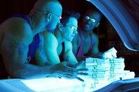 Endlich reich, aber die drei Gangster (v.l.n.r.) Paul (Dwayne Johnson), Daniel (Mark Wahlberg) und Adrian (Anthony Mackie) können sich nicht lange an dem Geld erfreuen ...