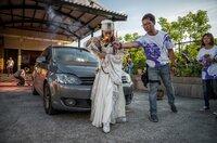 Das Geistermedium Nana Chen segnet ein Auto.