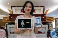 Die Unternehmerin Yean Han stellt Geisterpost her. Diese besteht meist aus Pappmaché und kommt in vielen verschiedenen Formen: Von Luxusuhren bis Smartphones ist für jeden etwas dabei.