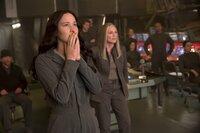 Die Brutalität ihrer Feinde setzt auch der sonst so tapferen Katniss (Jennifer Lawrence, l.) gewaltig zu. Hat sie jetzt noch eine Wahl, dem gefährlichen Angebot Coins (Julianne Moore, 2.v.l.) zu widersprechen?