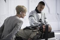 (v.l.n.r.) Delacourt (Jodie Foster); Max (Matt Damon); Techniker (Terry Chen)