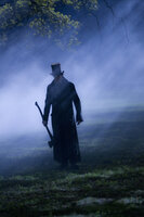 Bewaffnet mit einer Axt tritt Abraham Lincoln (Benjamin Walker) einen gnadenlosen Feldzug gegen das Böse an ...