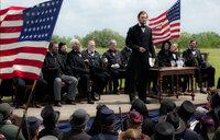 Abraham Lincoln (Benjamin Walker, stehend) war der 16. Präsident der Vereinigten Staaten, Befreier der Sklaven, Vereiniger der Union und Amerikas größter Held. Doch seine größte Heldentat lag im Kampf gegen blutrünstige Vampire ...