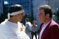In San Francisco der Gegenwart: Mr. Spock (Leonard Nimoy, M.) und Kirk (William Shatner, r.) ...