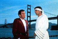 Admiral Kirk (William Shatner, l.) und Mr. Spock (Leonard Nimoy, r.) haben sich ins 20. Jahrhundert nach San Francisco zurückversetzen lassen, um Buckelwale zu suchen. Eine Sonde, die die Erde existenziell bedroht, reagiert nur auf die Gesänge dieser Wale. Ein Wettlauf mit der Zeit beginnt ...