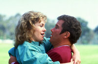 Captain Kirk (William Shatner, r.) schafft es zum Glück, das Misstrauen der Meeresbiologin Gillian Taylor (Catherine Hicks, l.) zu zerstreuen.