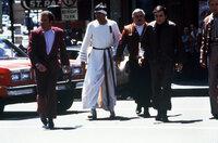 Kirk (William Shatner, l.), Spock (Leonard Nimoy, 2.v.l.), Scotty (James Doohan, 2.v.r.) und Chekov (Walter Koenig, r.) im San Francisco der Gegenwart, wo man sich auch als Zeitreisender mit futuristischem Outfit unauffällig bewegen kann - nur mit den Verkehrsregeln hapert's noch etwas ...