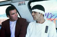 Haben sich ins 20. Jahrhundert nach San Francisco zurückversetzen lassen, um Buckelwale zu suchen. Eine Sonde, die die Erde existenziell bedroht, reagiert nur auf die Gesänge dieser Wale. Ein Wettlauf mit der Zeit beginnt: Admiral Kirk (William Shatner, l.) und Mr. Spock (Leonard Nimoy, r.) ...