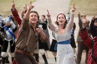 Das Glück von Horatio (Jason Segel, vorne l.) und Prinzessin Mary (Emily Blunt, vorne r.) liegt alleine in der Hand des übergroßen Lemuel Gullivers. Selbst für einen so großen Mann eine große Aufgabe ...