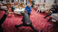 Frau Friedmann (81) hat früher auf Turnieren getanzt. Olli Schulz hat noch nie einen Tanzkurs besucht, dafür kann er Spagat. Und so macht auf der improvisierten Tanzfläche am späten Abend jeder das, was er am besten kann.