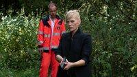 Holger Krawitz (Matthias Koeberlin, l.) schleicht sich von hinten an Helen Dorn (Anna Loos, r.) heran und bedroht sie mit einer Waffe, nachdem sie den GPS-Daten gefolgt ist und am Poolhaus ankommt.
