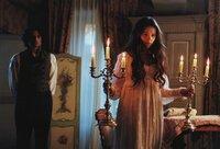 Cosette (Virginie Ledoyen, rechts) erfährt erst am Sterbebett Jean Valjeans, dass er nicht ihr leiblicher Vater ist - ein Geheimnis, in das er ihren Ehemann Marius (Enrico lo Verso) schon früher eingeweiht hat, als er ihm seine wahre Identität offenbarte.