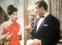 Sylvia Trench (Eunice Gayson) hat sich in das Apartment von James Bond (Sean Connery) geschlichen...