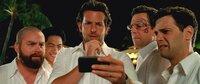 Erschreckende Bilder von der ungeplanten Junggesellenparty warten auf (v.l.n.r.) Alan (Zach Galifianakis), Teddy (Mason Lee), Phil (Bradley Cooper), Stud (Ed Helms) und Doug (Justin Bartha) ...