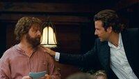Eigentlich wollten Alan (Zach Galifianakis, l.) und Phil (Bradley Cooper, r.) nur zur Hochzeit von Stu nach Thailand fliegen und als Junggesellenabschied einen gemütlichen Brunch veranstalten - eigentlich ...