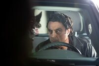 Auch Detective Mike Barron (Ian McShane) hat keine Chance, Liliths dämonischen Phobien zu entkommen ...
