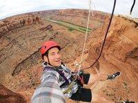 Tim Warwood baumelt an einem Seil aus Spinnenseide über dem Canyon, Utah, USA.