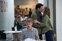 Durch eine Zeitreise macht Tim (Domhnall Gleeson, vo.) das Kennenlernen mit Mary (Rachel McAdams) versehentlich ungeschehen. Als er erfährt, dass Mary nun einen Freund hat, erfragt er, wie genau sie sich kennengelernt haben. Er reist dorthin zurück, um den beiden zuvorzukommen und überzeugt Mary zu einem romantischen Dinner, bevor diese ihren Freund kennenlernen kann.