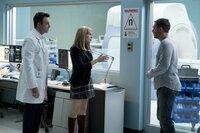(v.l.n.r.) Dr. Dan Lewis (Reid Scott); Anne Weying (Michelle Williams); Eddie Brock (Tom Hardy)