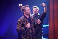 """Tim Mälzer (r.) und Sasha beim Spiel """"Pauken und Trompeten""""."""