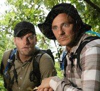 Adam Gendle (l.) und Tim Warwood bestaunen eine Goldene Seidenspinne im Regenwald in Costa Rica.