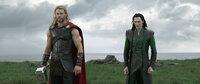 Thor (Chris Hemsworth, l.); Loki (Tom Hiddleston, r.)