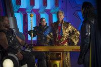 (v.l.n.r.) Thor (Chris Hemsworth); Topaz (Rachel House); Grandmaster (Jeff Goldblum); Loki (Tom Hiddleston)