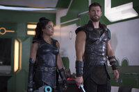 Valkyrie (Tessa Thompson, l.); Thor (Chris Hemsworth, r.)