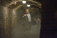 James Bond (Daniel Craig) jagt einen verräterischen M16-Agenten durch die unterirdischen Zisternen von Siena.