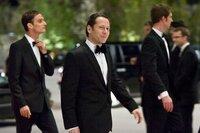 Dominic Greene (Mathieu Amalric, M.) ist mit seinem Handlanger Elvis (Anatole Taubman, l.) in Bregenz angekommen, um hier eine Opernaufführung zu besuchen. Doch Bond ist ihm bereits auf den Fersen.