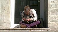 Pille (25) lebt seit über drei Jahren auf den Straßen des Frankfurter Bahnhofsviertels. Sein Gesundheitszustand hat sich seitdem zusehends verschlechtert: Durch seinen exzessiven Konsum von Heroin und Crack kann er seine Hände kaum bewegen.