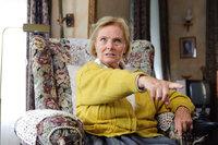 Wird als Opfer auserkoren, um Jelas Schicksal abzuwenden: die missgelaunte Nachbarin Frau Griek (Ruth Maria Kubitschek), die seit 20 Jahren auf den Tod wartet ...