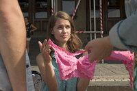 Noch ahnt die hübsche Juli (Lisa Volz) nicht, dass sie auf dieser Klassenfahrt nicht nur mit dem Mädchenschwarm feiern gehen wird, sondern auch die Klassennerds das Prager Nachtleben unsicher machen und dabei ihren autistisch veranlagten Bruder verlieren werden ...