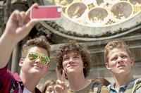Tagsüber lassen sich Berny (Chris Tall, l.), Paul (Tilman Pörzgen, M.) und Max (Max von der Groebe, r.) von Prags kulturellen Schätzen beeindrucken, doch nachts drehen sie voll auf, um endlich ihr prüdes Langweiler-Image abzulegen. Mit weitreichenden Folgen ...