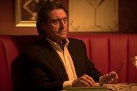 """Winston (Ian McShane) kann es gar nicht leiden, wenn in seinem Haus """"Geschäfte"""" getätigt werden. Da muss auch die taffe Killerin Perkins am eigenen Leib erfahren ..."""