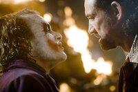 Als der Joker (Heath Ledger, l.) den Mafiabossen (Ritchie Coster, r.) anbietet, Batman gegen 50% ihres gesamten Vermögens zu töten, nehmen diese nach anfänglichem Widerwillen das Angebot an ...