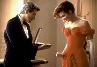 Vivian Ward (Julia Roberts) wird von Edward Lewis (Richard Gere) in die High Society eingeführt.