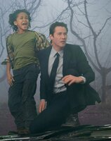 Jacob Benson (Jaden Smith, l.); Klaatu (Keanu Reeves, r.)