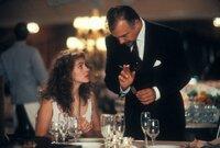 """Vivian (Julia Roberts) erhält vom Hotelmanager Bernard Thompson (Hector Elizondo) einen Schnellkurs in Sachen """"Benimm""""."""