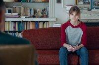 Camille (Céleste Brunnquell) besucht kurz nach einer Auseinandersetzung mit ihrem Vater ihren Therapeuten Philippe (Frédéric Pierrot).