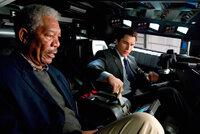 Lucius (Morgan Freeman, li.) und Bruce (Christian Bale) testen einen Prototypen, der zum Batmobil umfunktioniert wird.