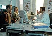 Christoph (Stephan Kampwirth, li.) und seine Frau Karen (Katharina Böhm) besprechen mit dem Neurochirurgen Dr. Victor Novak (Tim Bergmann) die schwierige Operation ihrer Tochter.