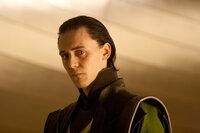 Mit Glück und Geschick schafft es Loki (Tom Hiddleston) auf den Thron von Asgard und ein dunkles Kapitel beginnt ...