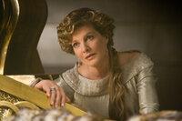 Während Königin Frigga (Rene Russo) am Bett ihres Mannes wacht, vertraut sie das Königreich gutgläubig ihrem Sohn Loki an ...