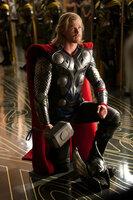 Einst ein stolzer Gott, muss Thor (Chris Hemsworth) sich auf der Erde ganz anderen Aufgaben und Schwierigkeiten stellen, um seine Macht und das Königriech Asgard wieder zu erlangen ...